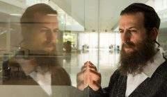 Juif orthodoxe, Yoel (joué par Ori Pfeffer) est un historien qui veut retrouver l'emplacement exact d'un charnier en Autriche.