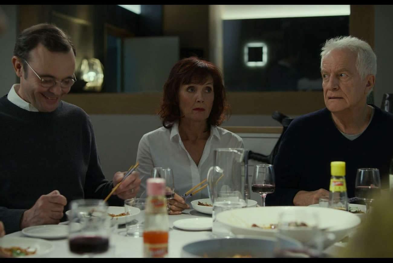 « Tanguy », incarné par Eric Berger, est tout heureux de retrouver ses parents, joués par Sabine Azéma et André Dussolier, qui vont vite déchanter.