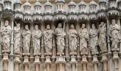 Statues du Christ et des 12 apôtres sur la façade de la basilique Santa Maria de Montserrat à Monistrol de Montserrat, Catalogne. Pixabay/BarBud, CC BY-SA