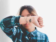 Un tatouage électronique, ça vous tente ? Angello Lopez / Unsplash, CC BY-SA Adresse électronique Twitter1 Facebook Linkedin Imprimer Dans nos sociétés modernes, la connaissance en continu des paramètres du corps humain pourrait devenir un besoin. Qu'il s'agisse d'une utilisation dans le domaine biomédical ou dans celui du sport ou du bien-être, les objets connectés qui surveillent les paramètres corporels font partie d'un marché en pleine croissance estimé à plusieurs milliards de dollars. Cependant, la présence de fils, de bracelets et/ou de connectiques est inconfortable et empêche les utilisateurs de porter en permanence ces objets connectés. Ainsi, un nouveau champ a émergé : celui de l'électronique sur peau, à savoir une nouvelle classe de dispositifs électroniques qui sont « tatoués » sur la peau de manière transparente (c'est-à-dire adaptés mécaniquement), et qui peuvent s'étirer, se plier, se tordre ou se conformer à n'importe quelle forme. L'électronique épidermique souffre cependant encore de quelques limitations. En effet, elle nécessite généralement l'utilisation d'électrodes et d'interconnexions peu commodes pour la mesure des différents paramètres (température, déformation, humidité, activité électrique du cerveau ou des muscles). Par ailleurs, la mise en œuvre de batteries et de systèmes de radiocommunications émetteurs-récepteurs dans des formats miniatures est extrêmement difficile. Un nouveau dispositif miniature Dans ce contexte, les dispositifs à base d'ondes élastiques de surface, aussi appelés dispositifs SAW (capteurs à ondes acoustiques de surface), sont particulièrement pertinents. Ils sont constitués d'un matériau piézoélectrique (substrat) surmonté d'électrodes métalliques. Par définition de la piézoélectricité, l'application d'un champ électrique au niveau des électrodes permet de déformer le matériau (et réciproquement). La propagation de cette déformation en surface du matériau piézoélectrique est ainsi à l'origine de l'onde élastique 