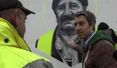 Le film est dédié à « tous les Marcel », le prénom de ce vieux gilet jaune magnifié par un artiste sur une fresque.