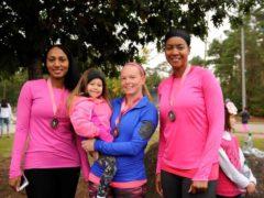 Des participantes à une course pour sensibiliser au cancer du sein. Ramstein Air Base / Flickr, CC BY-SA