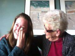 Pour cette jeune fille, dernier témoignage de « Coming out », ça se passe bien : sa grand-mère le savait et c'est tout.