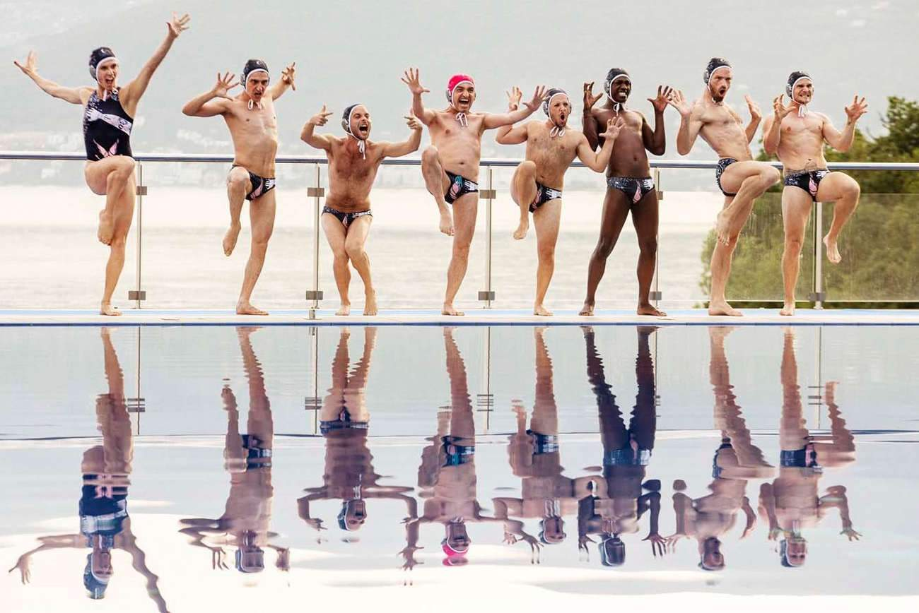 Sélectionnés pour les Gay Games, l'équipe des « Crevettes Pailletées » va devoir s'entraîner dur sous la houlette d'un champion de natation macho.