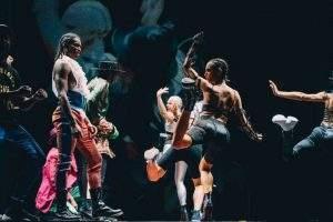 Danseurs, chanteurs, acrobates, mannequins et créatures délurées.