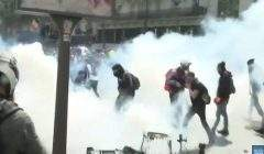 Des heurts entre forces de l'ordre et black blocs dès le début de la manif du 1er mai (capture EuroNews)