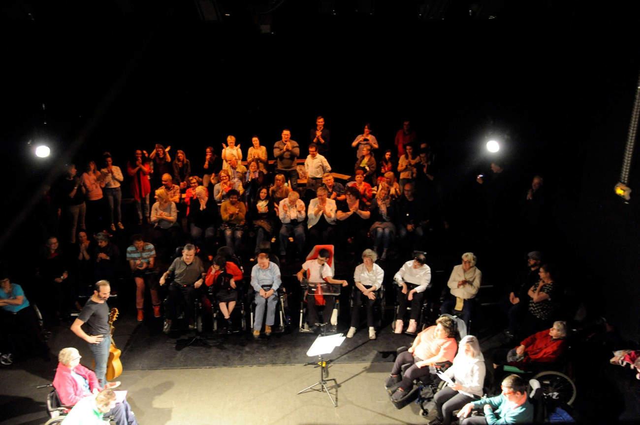 Une vingtaine d'artistes sur la scène du théâtre de la rue Mon-Désert à Nancy (photo b.prudhommes)