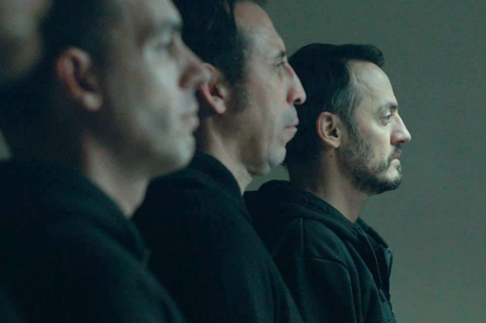 « Il a souvent l'air coupable, je voulais en faire un personnage ambigu, complexe », dit le réalisateur du personnage principal joué par Fabrizio Rongione (à droite).