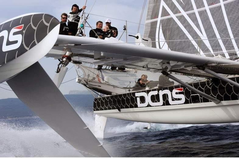 Alors qu'il file à la vitesse d'un hors bord, l'Hydroptère est incroyablement silencieux. C'est le photographe Francis Demange qui insistera pour que l'engin frôle au plus près l'embarcation à partir de laquelle il réalise ses clichés. C'est au moment de cette prise de vue que l'homme d'images prendra conscience de la puissance incroyable du bolide.