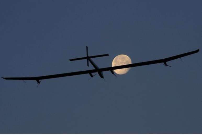 L'avion solaire salue la lune (Photo Francis Demange)