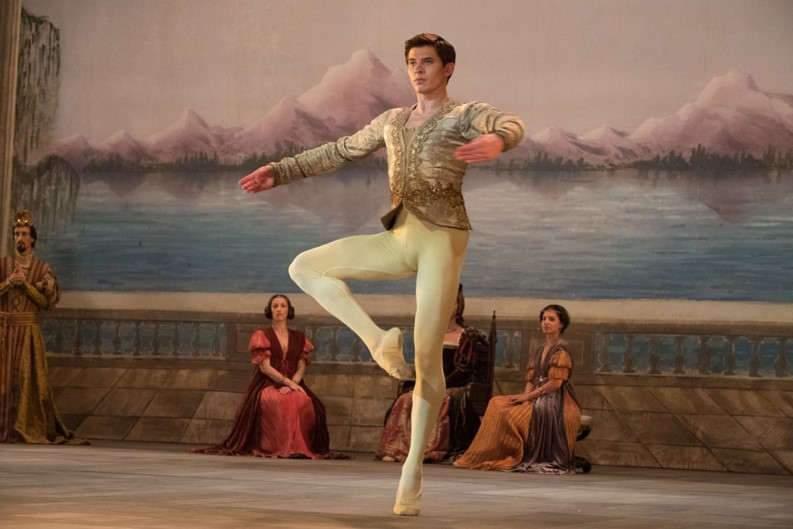 C'est le jeune danseur ukrainien Oleg Ivenko qui a été choisi pour incarner le « seigneur de la danse », Rudolph Noureev.