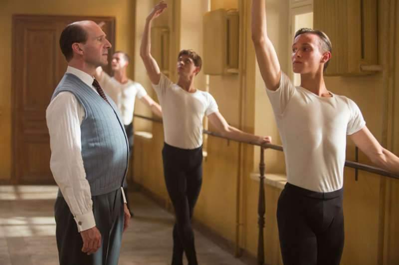 L'acteur et réalisateur Ralph Fiennes (à gauche) interprète lui-même Alexander Pouchkine, qui fut le professeur de Noureev à l'Ecole de danse de Leningrad.