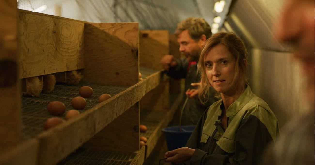 Léa Drucker joue l'épouse attentionnée de Raymond, une brave femme à l'optimisme à toute épreuve.