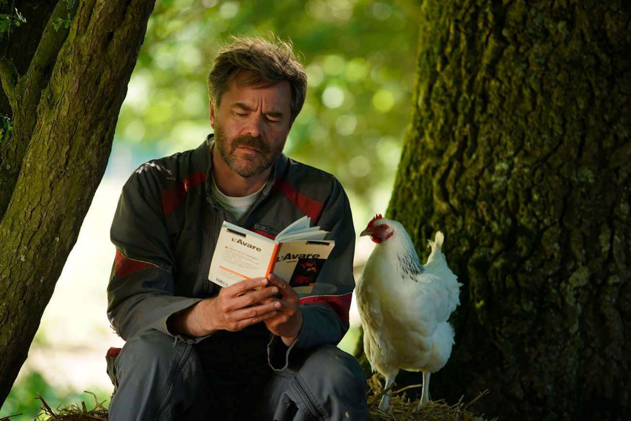Guillaume de Tonquédec incarne Raymond, un fermier qui récite des vers à ses poules, pour les remercier d'avoir si bien pondu.