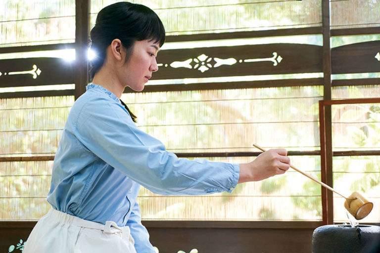 Noriko (jouée par Haru Kuroki) va s'initier à l'art ancestral du thé, ses gestes, ses rites, et en tirer des leçons de vie.