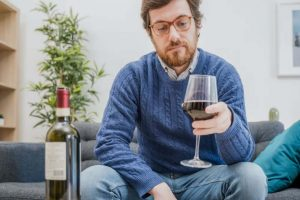Près d'un Français sur deux déclare avoir bu davantage d'alcool ces dernières semaines qu'en temps normal. tommaso79/Shutterstock
