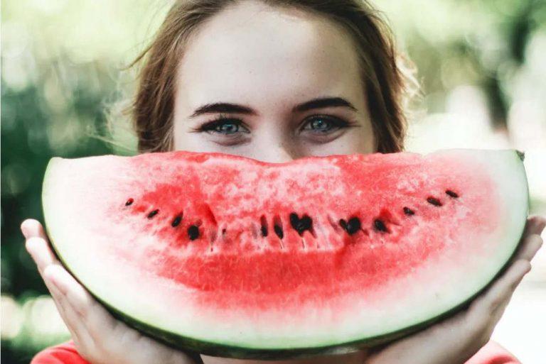 Le masque cache l'un des atouts les plus importants dans le processus de séduction: le sourire. Caju Gomes/Unsplash, CC BY-NC-ND