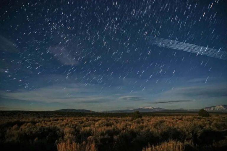 Une photo prise avec 5 secondes d'ouverture montre les traînées laissées par les 9 premiers satellites d'un « train » Starlink, vu au Royaume-Uni. Ronan/Flickr, CC BY-NC-SA