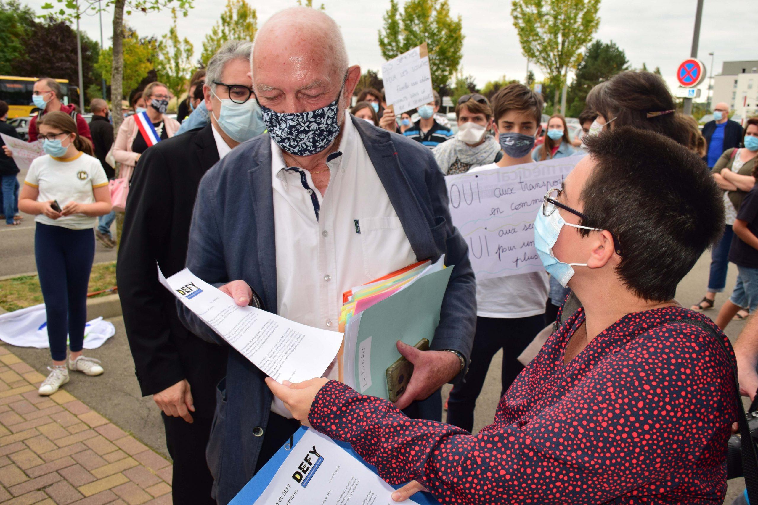 Citéline DEFY distribue sa lettre ouverte aux élus à l'entrée de la salle de réunion Remise du tract au président du Smitu 090920