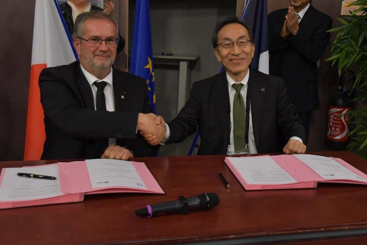Hideo Ohno et Pierre Mutzenhardt –signature de partenariat durant le World Materials Forum 2018