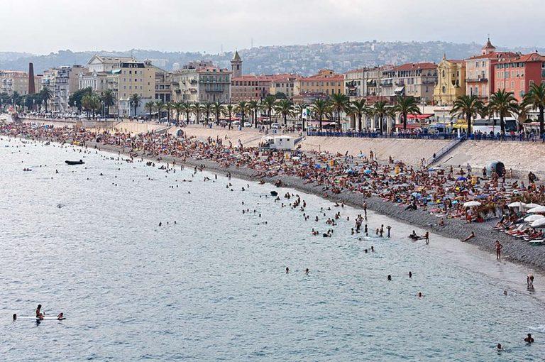 Nice (Alpes-Maritimes, France) : la plage des Ponchettes et le quai des Etats-Unis