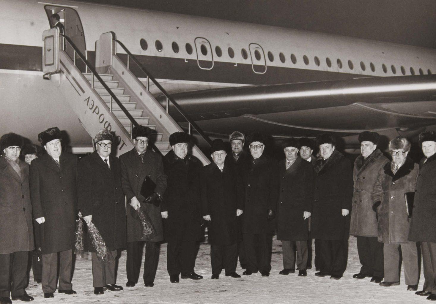 Photographie unique de la visite des chefs de la STASI de RDA (Général Erich MIELKE, Général Markus WOLF, etc.) à Moscou (URSS) durant l'hiver 1980. Aucun des services secrets occidentaux n'avait réussi à photographier Markus WOLF (dit « l'homme sans visage »), chef du HV A (renseignements extérieurs de la STASI) durant la période de la guerre froide, ce qui rend cette photo « unique ». La photo est prise au pied d'un avion de l'Aeroflot et montre 3 présidents successifs du KGB (5ème à gauche : Vitaly FEDORCHUK (président en 1988), 8ème à gauche : Viktor CHEBRIKOV (président de 1982 à 1988), et à l'extrême droite : Vladimir KRYUCHKOV (président de 1988 à 1991)), en présence des Généraux de la STASI Markus WOLF (4ème à gauche) et Erich MIELKE (6ème à gauche).
