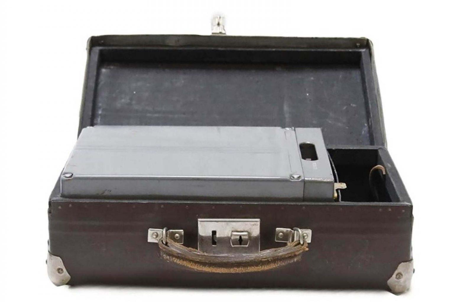expo-kgb-valise-batterie-radio-p57
