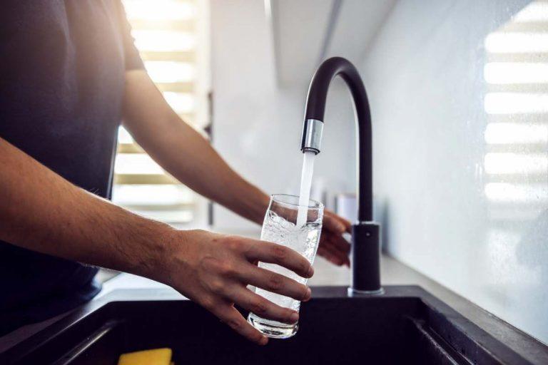 Se servir un verre d'eau du robinet