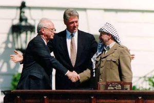 Poignée de main historique lors de la signature des accords d'Oslo sur la pelouse de la Maison-Blanche, le 13 septembre 1993 : encouragé par Bill Clinton, Yasser Arafat tend la main vers Yitzhak Rabin, qui la saisit après une brève hésitation (Wikipédia)