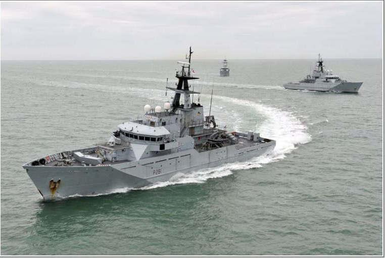 """Photocredit Crown Copyright Navires de protection des côtes britanniques dans la Manche""""."""