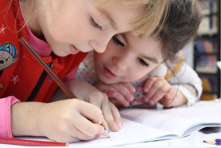 Apprentissage de l'écriture (PxHere)