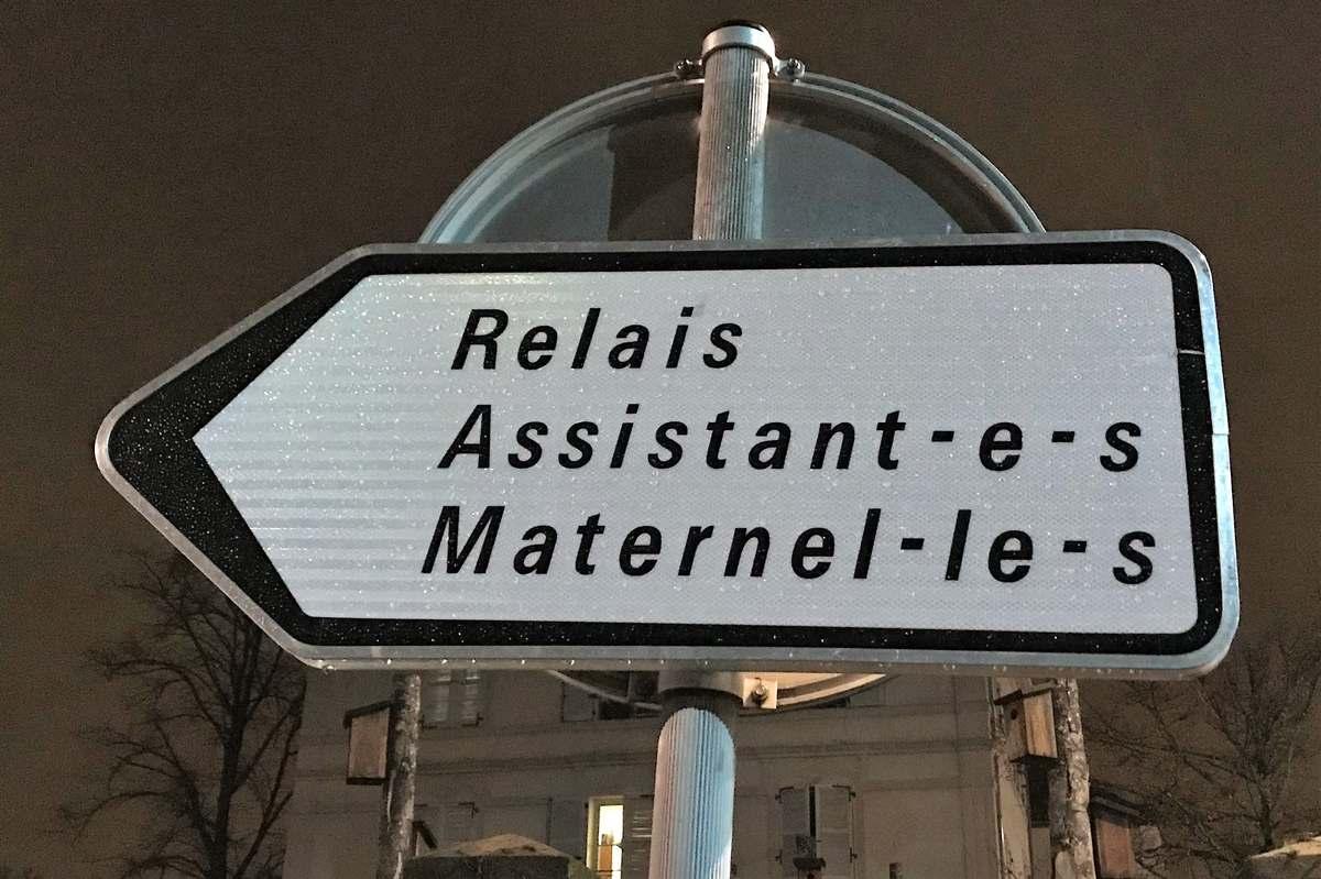 """Panneau """"Relais Assistant•e•s Maternel•le•s"""", rue Dalayrac, Fontenay-sous-Bois."""
