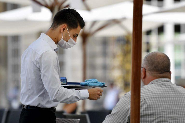 Un café en terrasse en respectant les gestes barrière (DR)