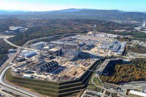 L'expérience ITER est en cours de construction sur un site du sud de la France. Les premières opérations de production de plasma sont prévues pour 2025. Le bâtiment du tokamak est la structure en miroir au centre. Crédit photo : ITER Organization/EJF Riche.