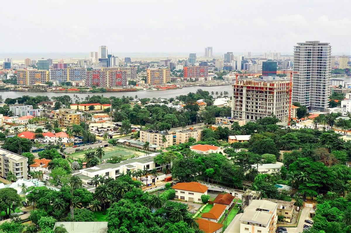 Ikoyi, une banlieue huppée de la mégapole Lagos au Nigeria. Au-delà de la lagune se trouve l'île Victoria, et au-delà, la nouvelle ville en cours de construction et appelée Eko Atlantic City
