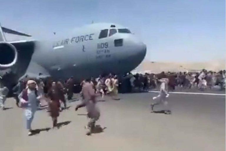 Vent de panique à l'aéroport de Kaboul (LesNews, sur Twitter)