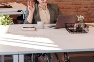 Handicapée au travail (Pexels)