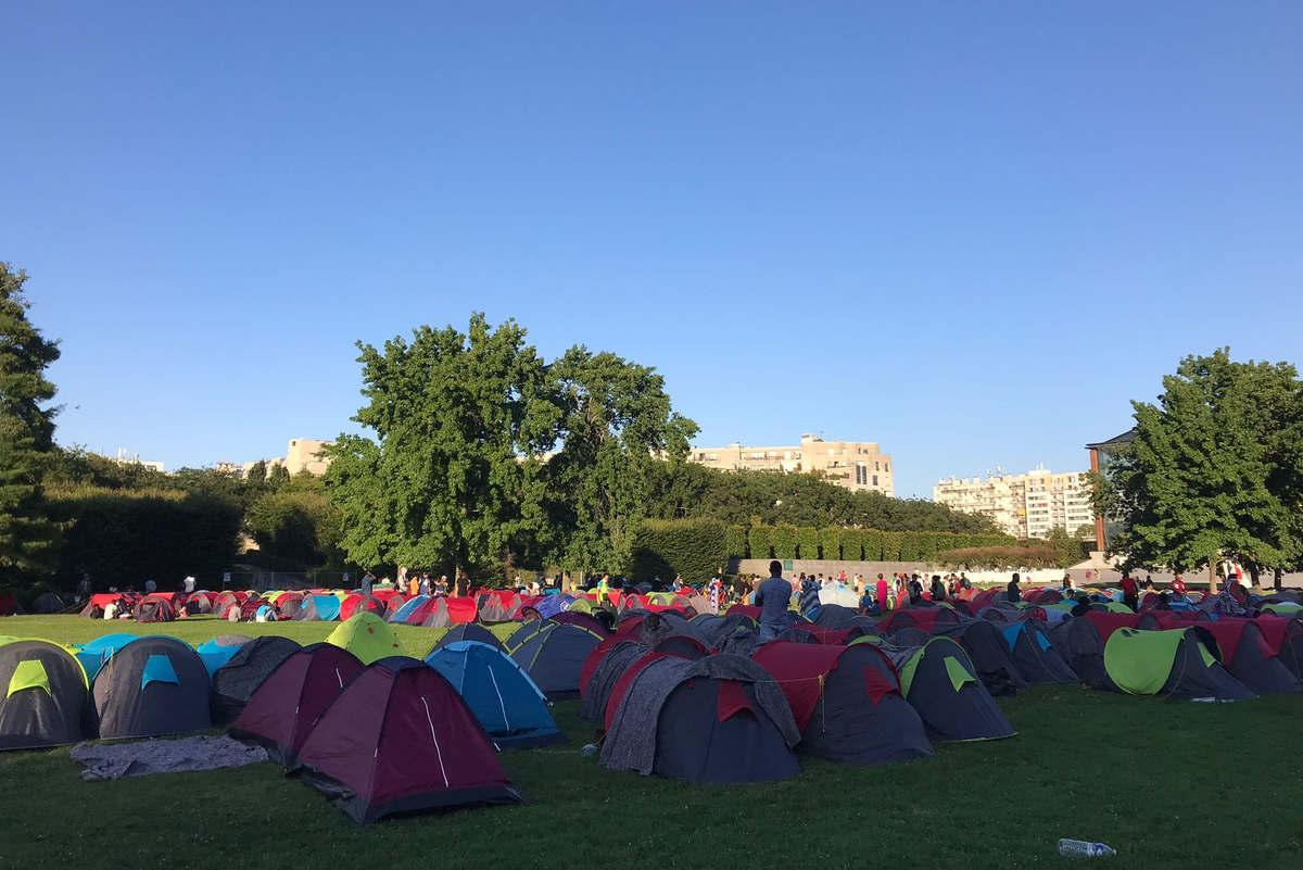 Les migrants s'installent devant la préfecture de région Ile-de-France (Photo Utopia 56)